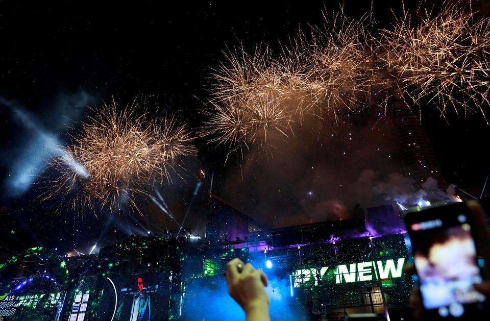 Đại tiệc pháo hoa trên bầu trời châu Á chào đón năm mới 2019-12