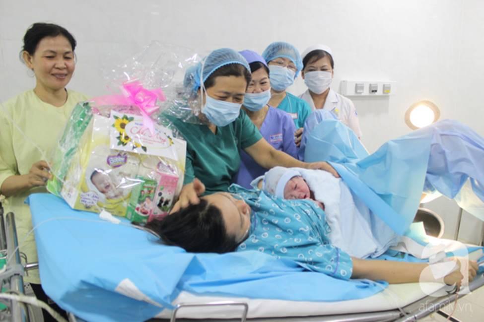 Vừa chào đời giờ đầu tiên của năm 2019, em bé heo vàng ở Cần Thơ đã vẫy tay chào bác sĩ-3