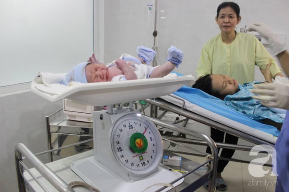 Vừa chào đời giờ đầu tiên của năm 2019, em bé heo vàng ở Cần Thơ đã vẫy tay chào bác sĩ-7