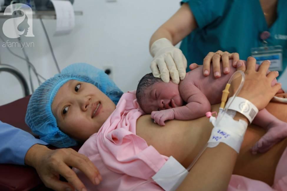 Vừa chào đời giờ đầu tiên của năm 2019, em bé heo vàng ở Cần Thơ đã vẫy tay chào bác sĩ-9