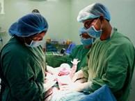 Vừa chào đời giờ đầu tiên của năm 2019, em bé 'heo vàng' ở Cần Thơ đã vẫy tay chào bác sĩ