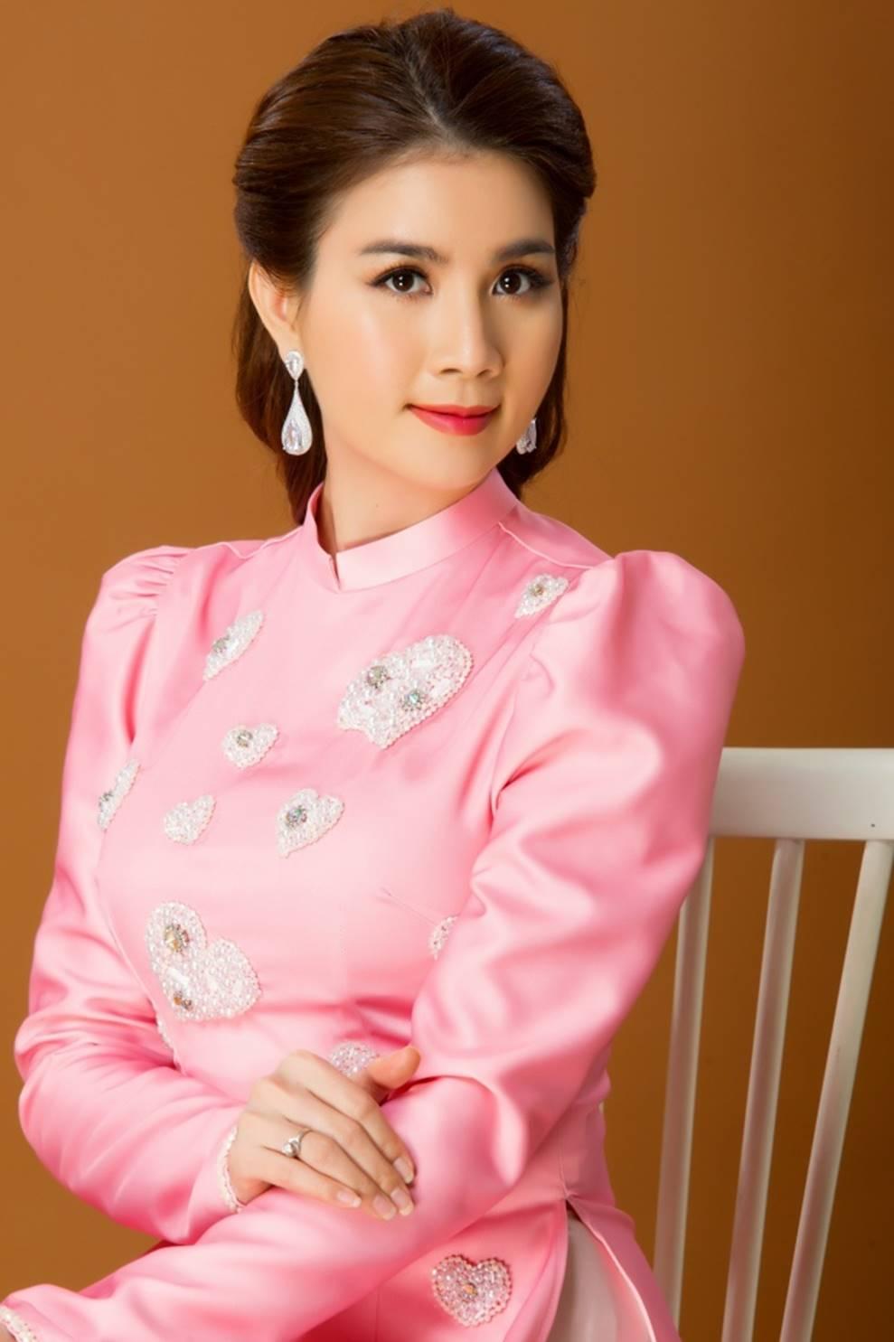 Kha Ly duyên dáng trong tà áo dài, viên mãn với cuộc sống gia đình hiện tại-18