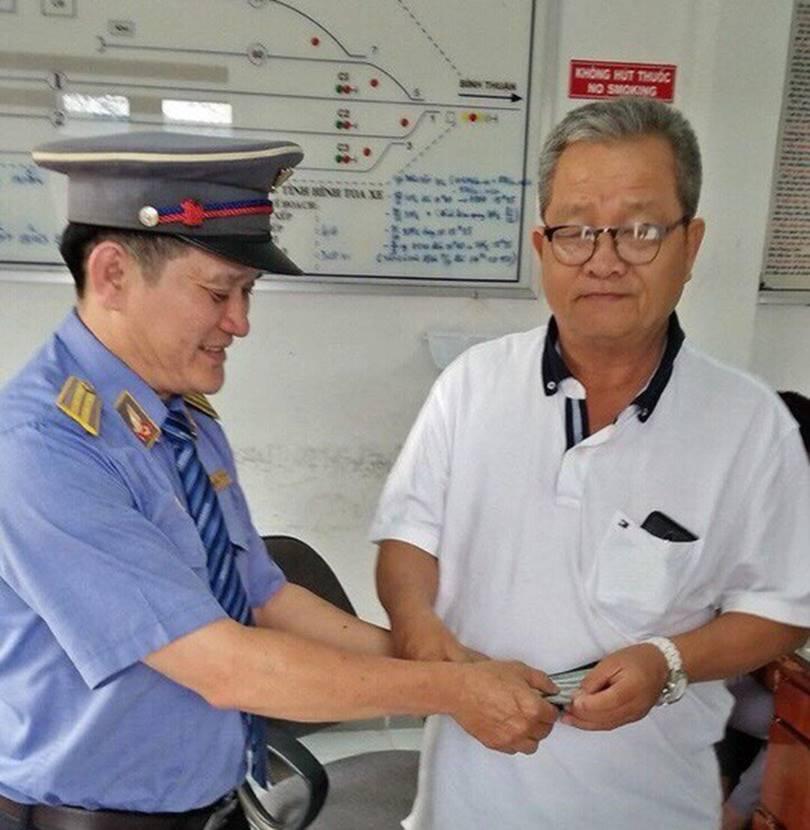 Một hành khách bỏ quên 3.000 USD trên tàu hỏa ngày cuối năm-2
