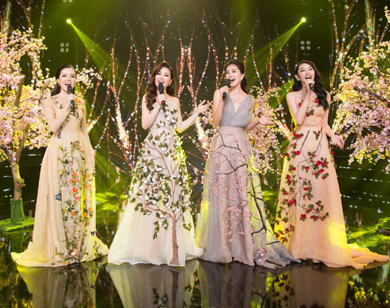 Hoa hậu Tiểu Vy khoe vẻ đẹp mong manh, hát mừng năm mới-2