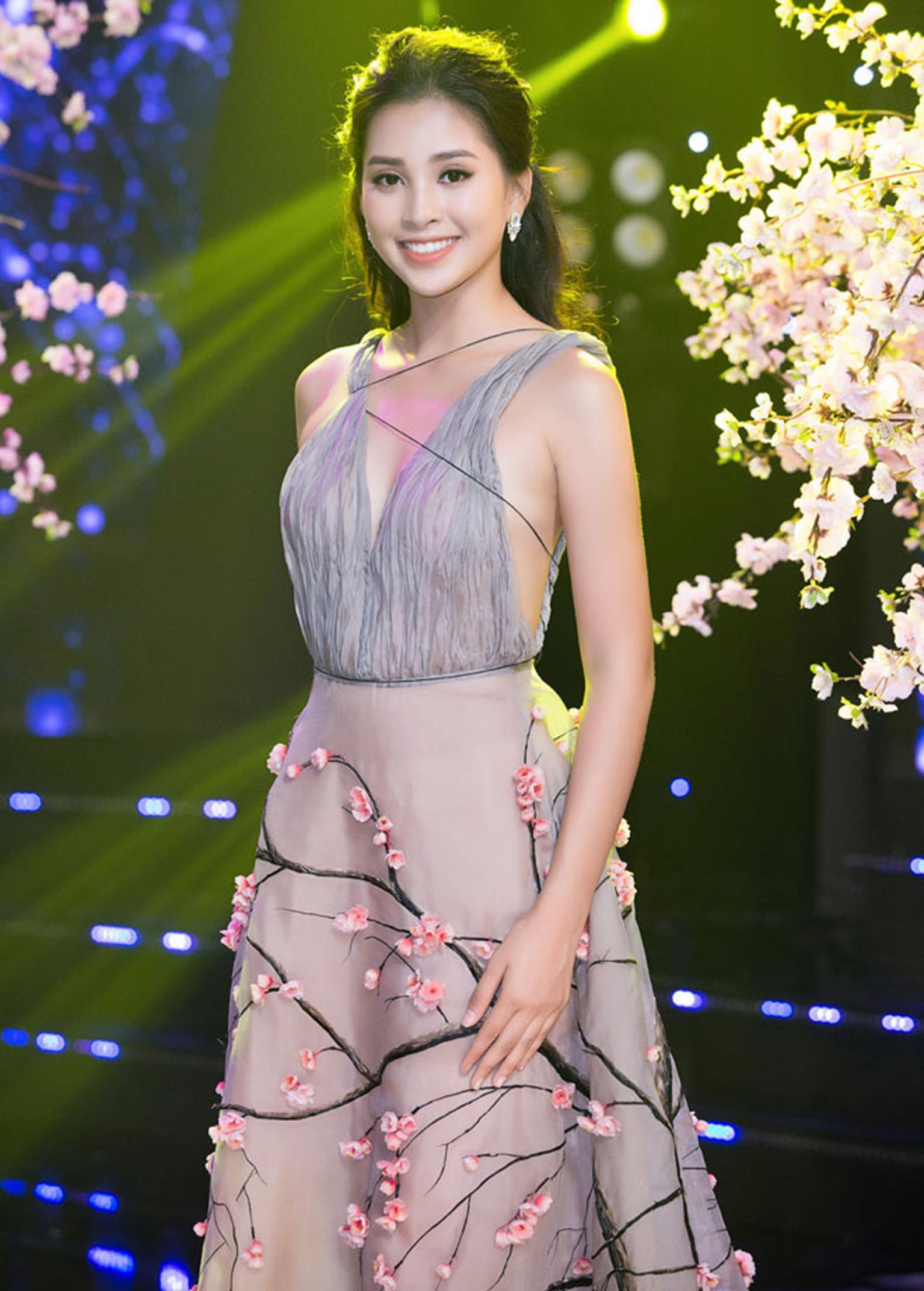 Hoa hậu Tiểu Vy khoe vẻ đẹp mong manh, hát mừng năm mới-5