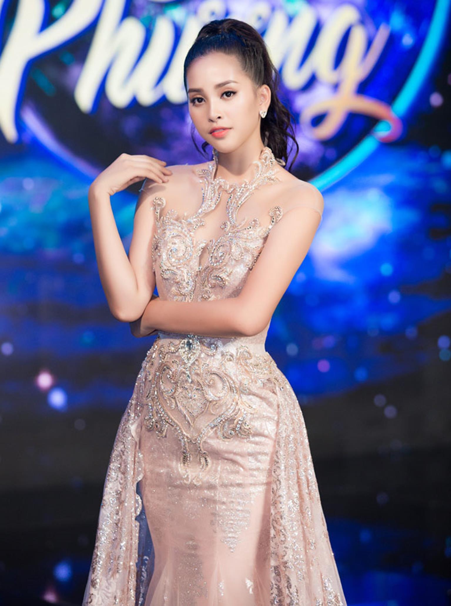 Hoa hậu Tiểu Vy khoe vẻ đẹp mong manh, hát mừng năm mới-6