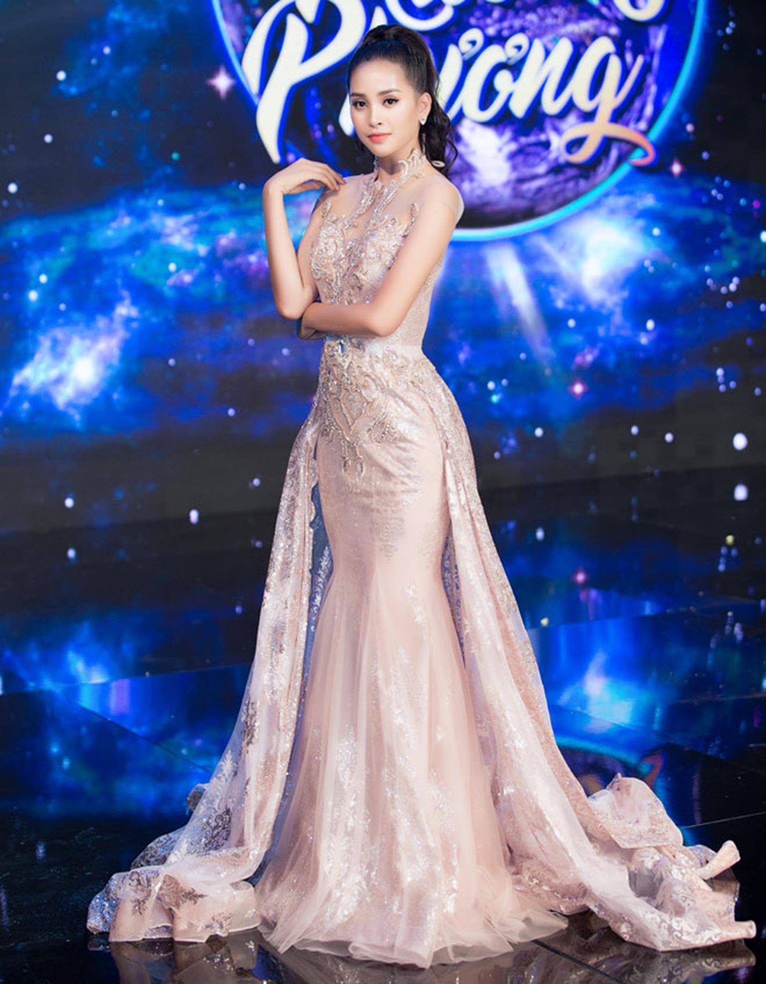 Hoa hậu Tiểu Vy khoe vẻ đẹp mong manh, hát mừng năm mới-7