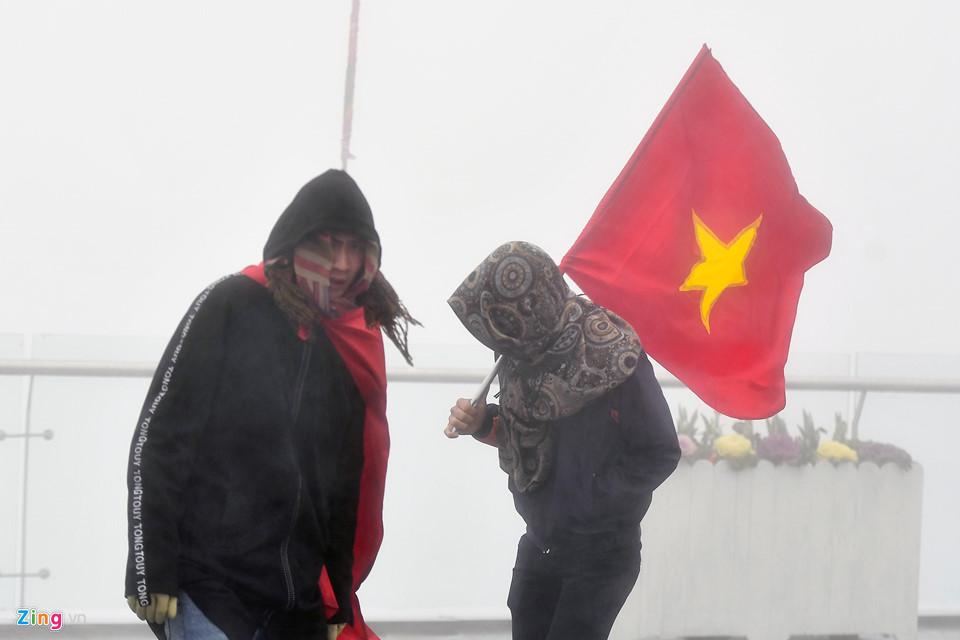 Thanh niên Sài Gòn mặc áo ba lỗ thách thức giá lạnh 0 độ C ở Fansipan-11