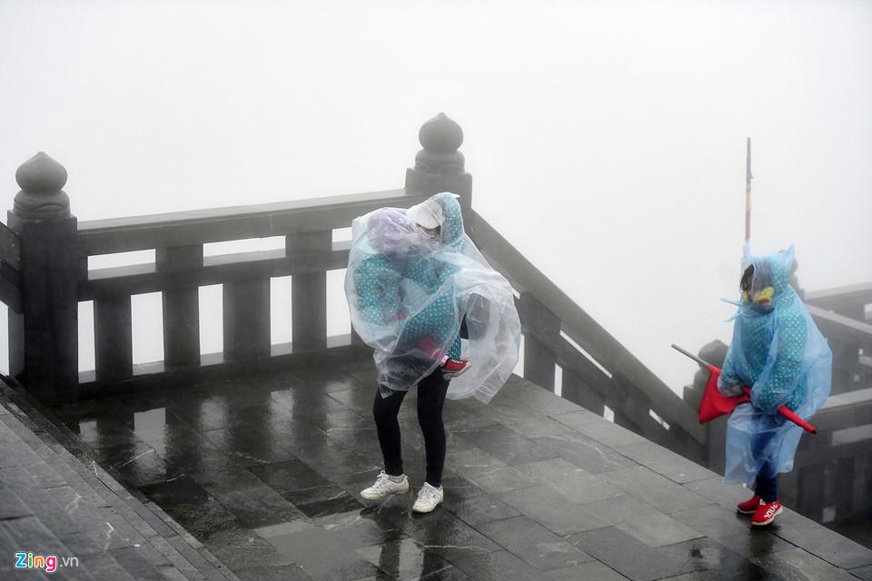 Thanh niên Sài Gòn mặc áo ba lỗ thách thức giá lạnh 0 độ C ở Fansipan-7