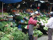 Thịt lợn, rau xanh chợ Hà Nội tăng giá chóng mặt vì mưa rét