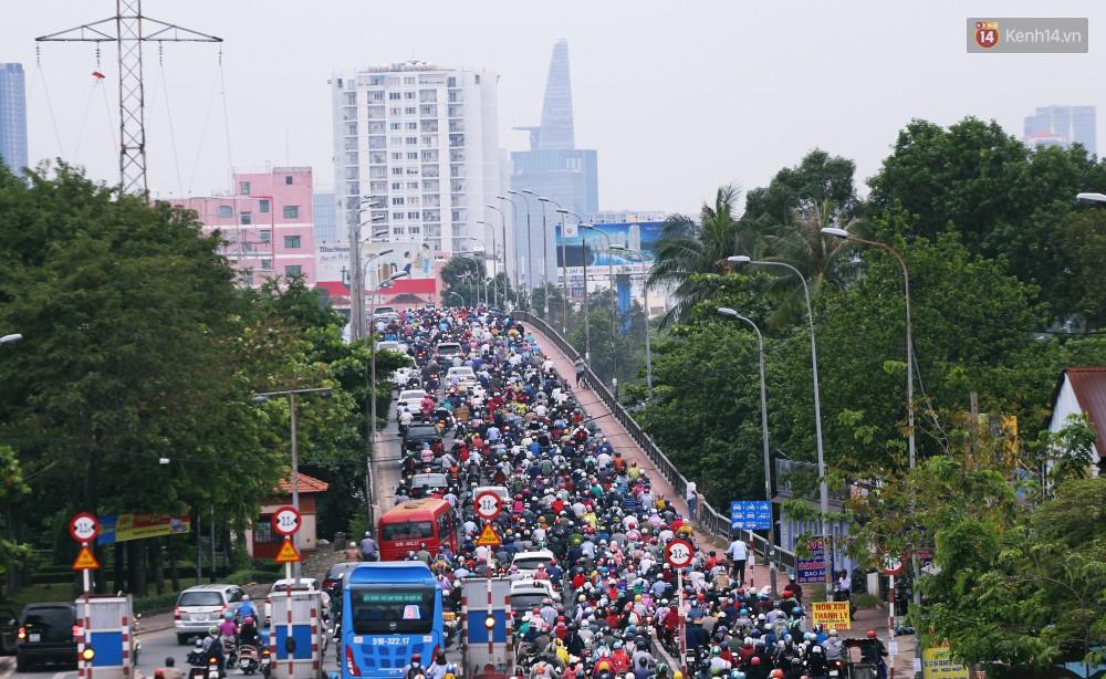 Người Sài Gòn co ro vì trời se lạnh, mưa phùn trong ngày đầu đi làm sau kỳ nghỉ Tết Dương lịch 2019-1