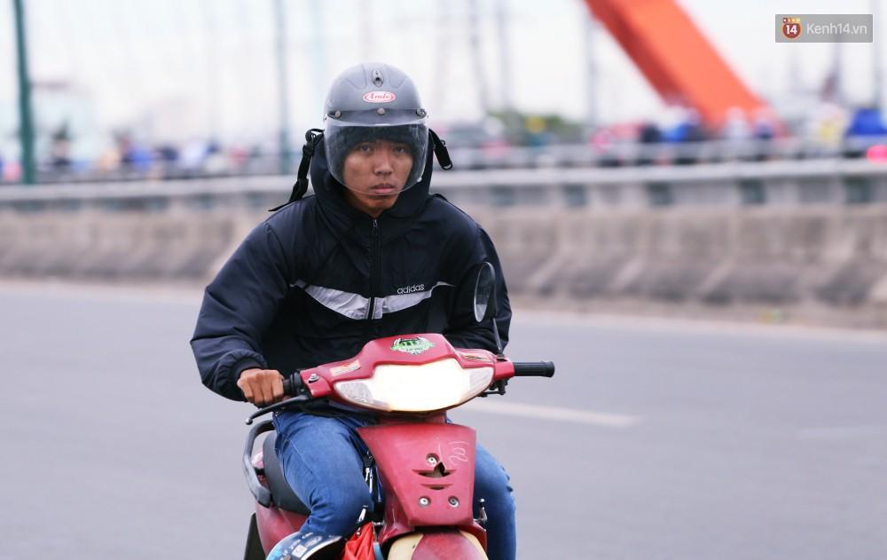 Người Sài Gòn co ro vì trời se lạnh, mưa phùn trong ngày đầu đi làm sau kỳ nghỉ Tết Dương lịch 2019-10