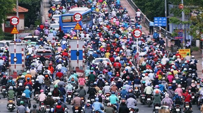 Người Sài Gòn co ro vì trời se lạnh, mưa phùn trong ngày đầu đi làm sau kỳ nghỉ Tết Dương lịch 2019-2