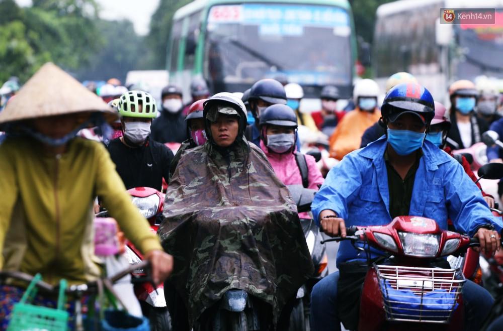 Người Sài Gòn co ro vì trời se lạnh, mưa phùn trong ngày đầu đi làm sau kỳ nghỉ Tết Dương lịch 2019-6