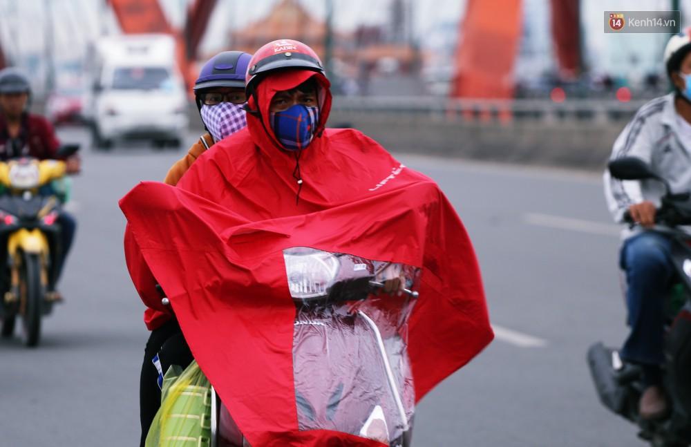 Người Sài Gòn co ro vì trời se lạnh, mưa phùn trong ngày đầu đi làm sau kỳ nghỉ Tết Dương lịch 2019-7