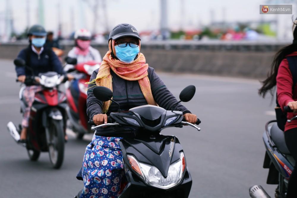 Người Sài Gòn co ro vì trời se lạnh, mưa phùn trong ngày đầu đi làm sau kỳ nghỉ Tết Dương lịch 2019-9