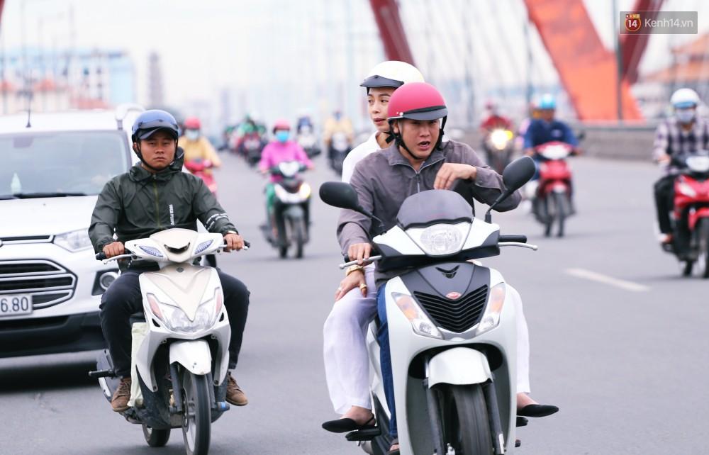 Người Sài Gòn co ro vì trời se lạnh, mưa phùn trong ngày đầu đi làm sau kỳ nghỉ Tết Dương lịch 2019-12