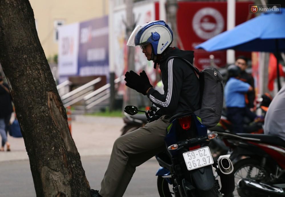 Người Sài Gòn co ro vì trời se lạnh, mưa phùn trong ngày đầu đi làm sau kỳ nghỉ Tết Dương lịch 2019-13