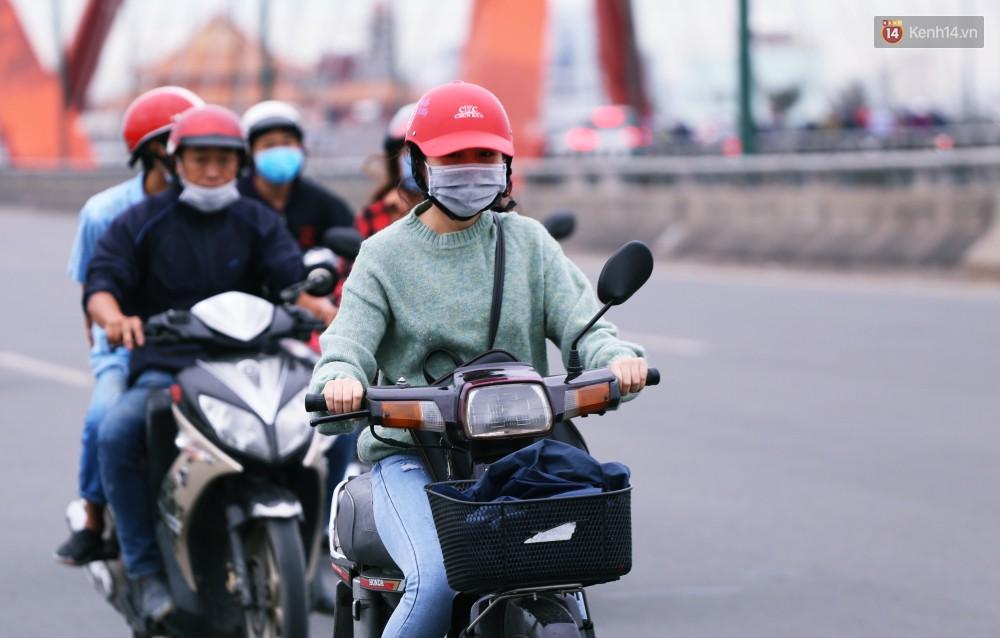 Người Sài Gòn co ro vì trời se lạnh, mưa phùn trong ngày đầu đi làm sau kỳ nghỉ Tết Dương lịch 2019-15