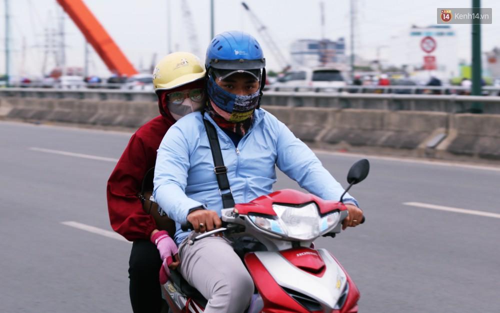 Người Sài Gòn co ro vì trời se lạnh, mưa phùn trong ngày đầu đi làm sau kỳ nghỉ Tết Dương lịch 2019-16