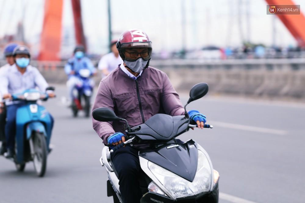 Người Sài Gòn co ro vì trời se lạnh, mưa phùn trong ngày đầu đi làm sau kỳ nghỉ Tết Dương lịch 2019-17