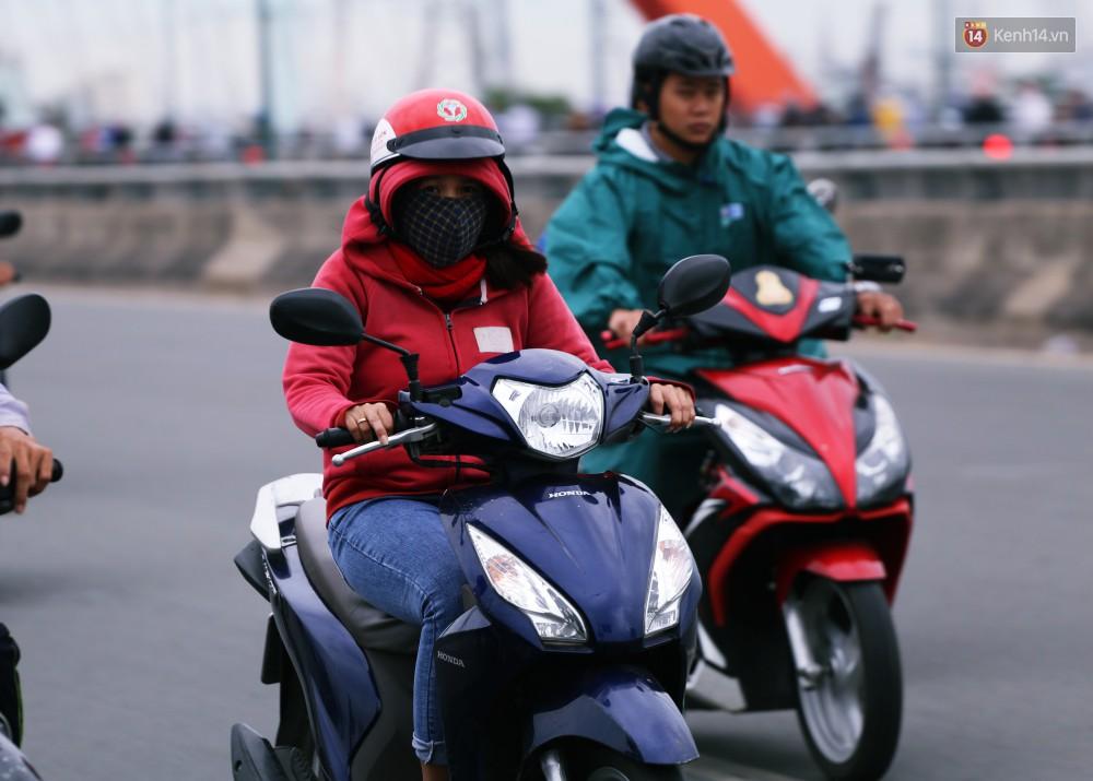 Người Sài Gòn co ro vì trời se lạnh, mưa phùn trong ngày đầu đi làm sau kỳ nghỉ Tết Dương lịch 2019-18