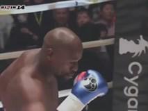 """SỐC vì cú đá bị phạt 115 tỷ đồng ở """"trò hề boxing"""" của Mayweather"""