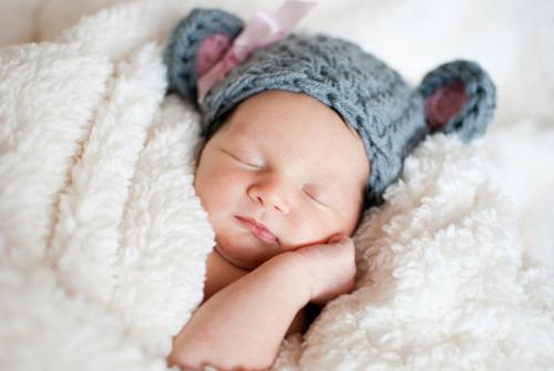 Trời lạnh, bé sơ sinh viêm phổi sau giấc ngủ chỉ vì bà nội cho mặc loại quần áo này-3