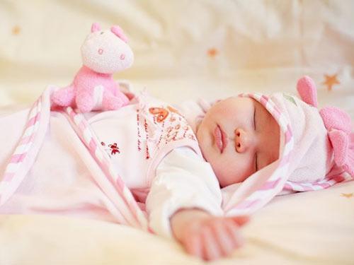 Trời lạnh, bé sơ sinh viêm phổi sau giấc ngủ chỉ vì bà nội cho mặc loại quần áo này-2