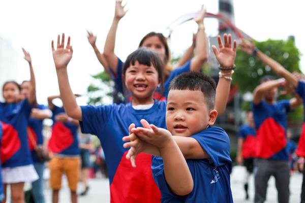 Hơn 100 gia đình Việt nhảy flashmob 'Cùng gắn kết'-2