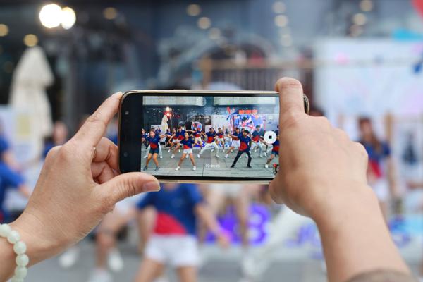 Hơn 100 gia đình Việt nhảy flashmob 'Cùng gắn kết'-3