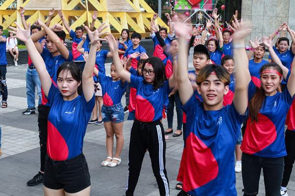 Hơn 100 gia đình Việt nhảy flashmob 'Cùng gắn kết'-1