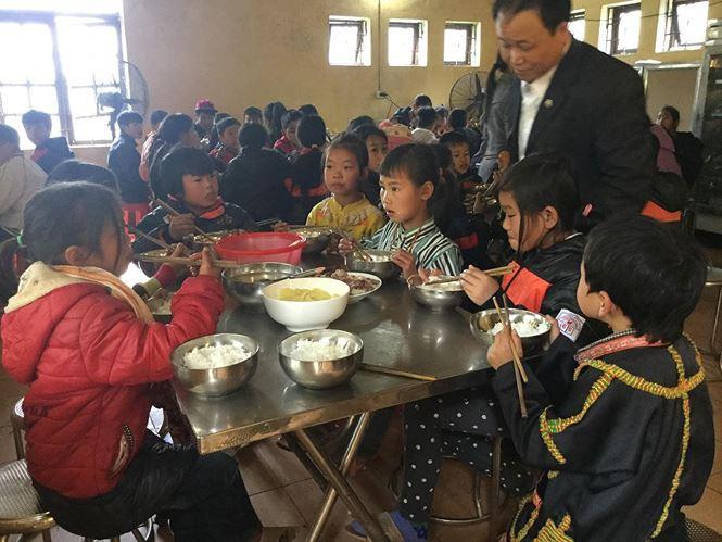 Thầy cô xứ Lạng đốt củi, thêm gừng vào bữa ăn giúp học sinh chống rét-1
