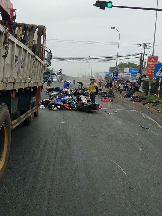 Xe container tông 18 xe máy dừng đèn đỏ ở Long An, 4 người chết, 23 bị thương-1