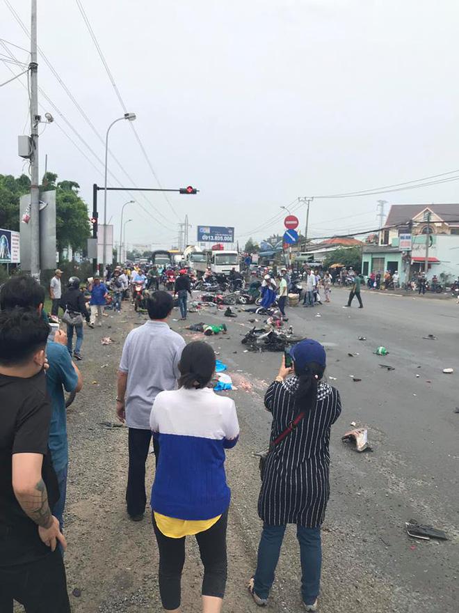 Xe container tông 18 xe máy dừng đèn đỏ ở Long An, 4 người chết, 23 bị thương-4