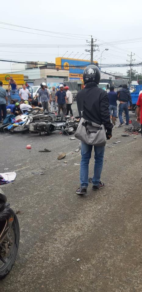 Xe container tông 18 xe máy dừng đèn đỏ ở Long An, 4 người chết, 23 bị thương-5
