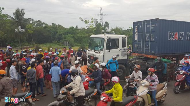 Vụ container tông hàng loạt xe máy: Chiếc xe điên lao như sóng thần-1