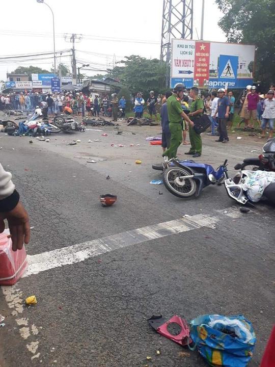 Xe container tông 18 xe máy dừng đèn đỏ ở Long An, 4 người chết, 23 bị thương-2