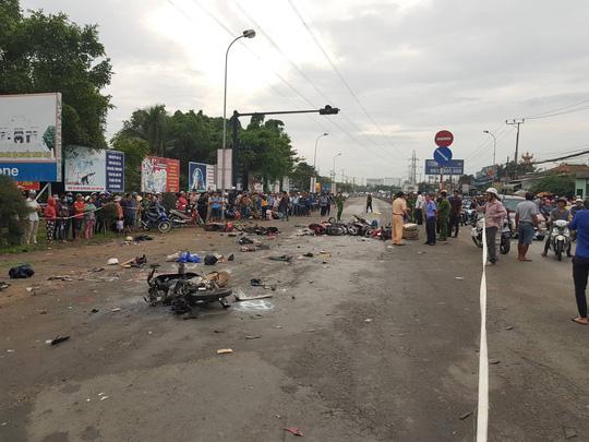 Xe container tông 18 xe máy dừng đèn đỏ ở Long An, 4 người chết, 23 bị thương-6