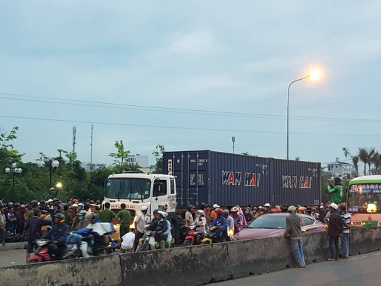 Xe container tông 18 xe máy dừng đèn đỏ ở Long An, 4 người chết, 23 bị thương-7