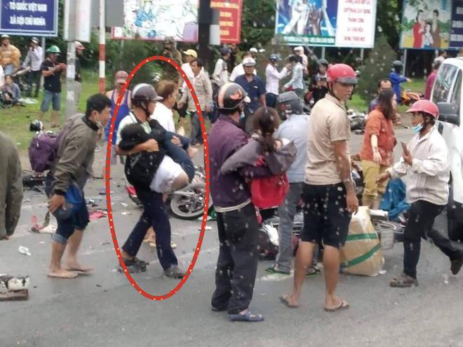 Tình người giữa đau thương: Anh xe ôm ở Long An bỏ hết công việc, bồng bế từng nạn nhân lên xe cấp cứu vào bệnh viện-4