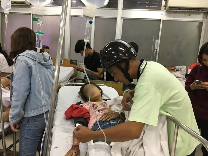Tình người giữa đau thương: Anh xe ôm ở Long An bỏ hết công việc, bồng bế từng nạn nhân lên xe cấp cứu vào bệnh viện-5