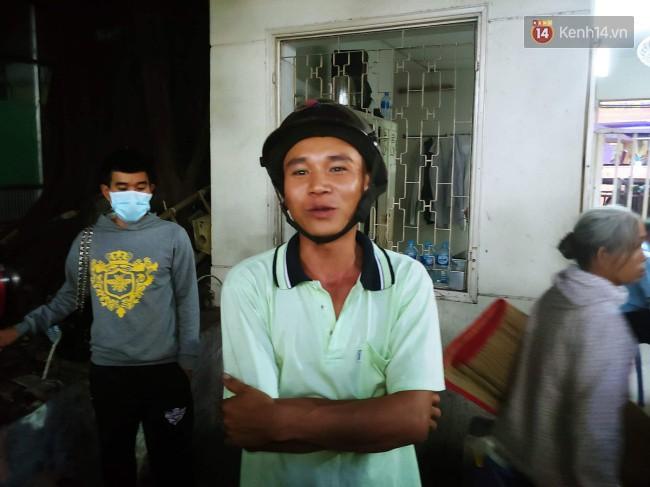 Tình người giữa đau thương: Anh xe ôm ở Long An bỏ hết công việc, bồng bế từng nạn nhân lên xe cấp cứu vào bệnh viện-6