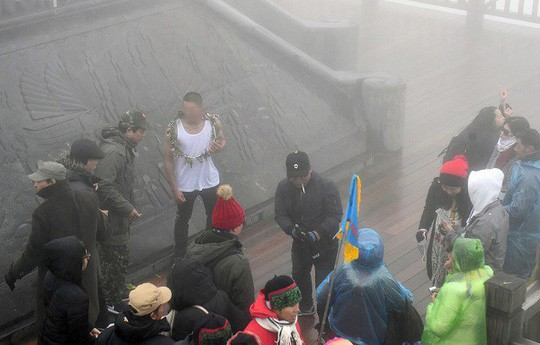 Bác sĩ lên tiếng vụ nam thanh niên mặc áo ba lỗ trên đỉnh Fansipan lạnh 0 độ C-1