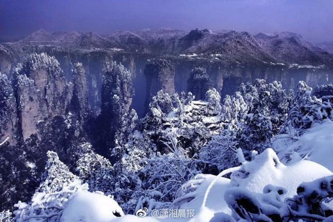Du khách phấn khích trước cảnh tượng băng tuyết phủ trắng Trương Gia Giới-13