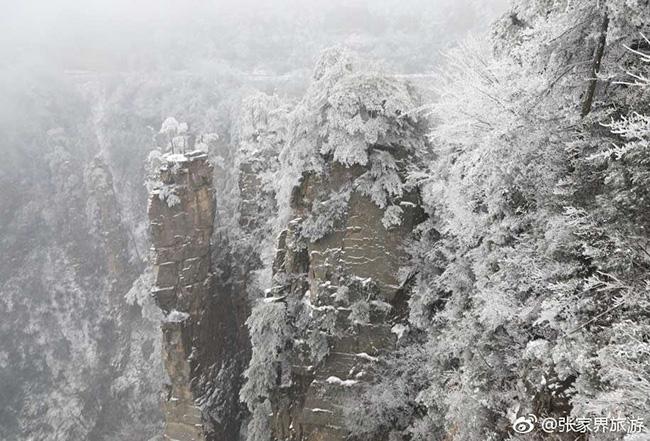 Du khách phấn khích trước cảnh tượng băng tuyết phủ trắng Trương Gia Giới-15