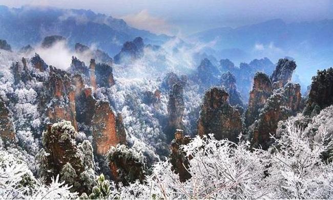 Du khách phấn khích trước cảnh tượng băng tuyết phủ trắng Trương Gia Giới-9