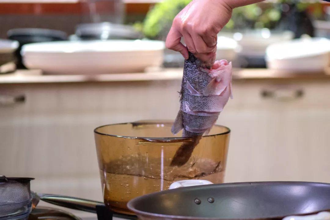 Mẹ chồng thích mê món cá hấp có mùi thịt gà, chị em phổng mũi vì được khen dâu đảm-2