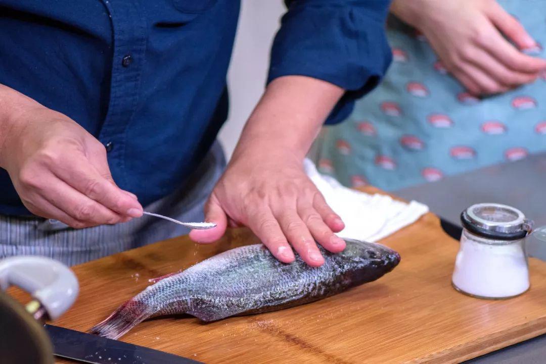 Mẹ chồng thích mê món cá hấp có mùi thịt gà, chị em phổng mũi vì được khen dâu đảm-1