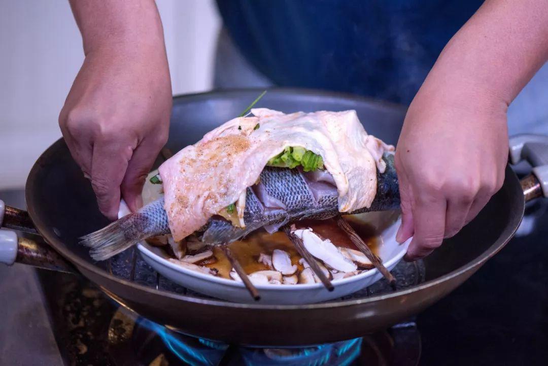 Mẹ chồng thích mê món cá hấp có mùi thịt gà, chị em phổng mũi vì được khen dâu đảm-6